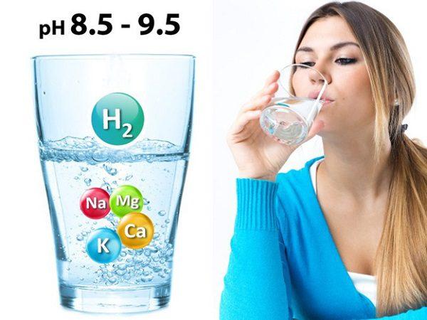 người phụ nữ đang uống nước Kangen