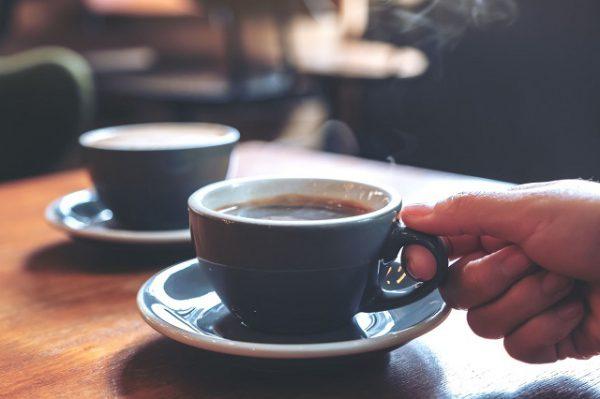 Tách cà phê pha bằng nước Kangen
